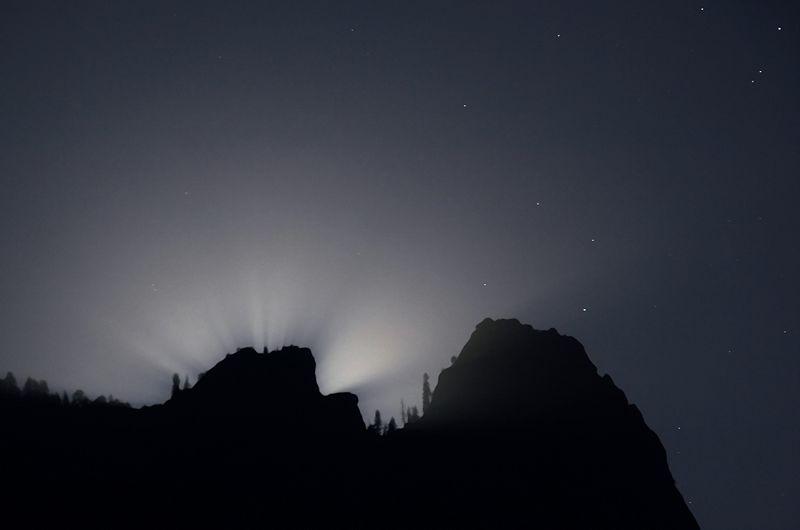 Lunar crepuscular rays