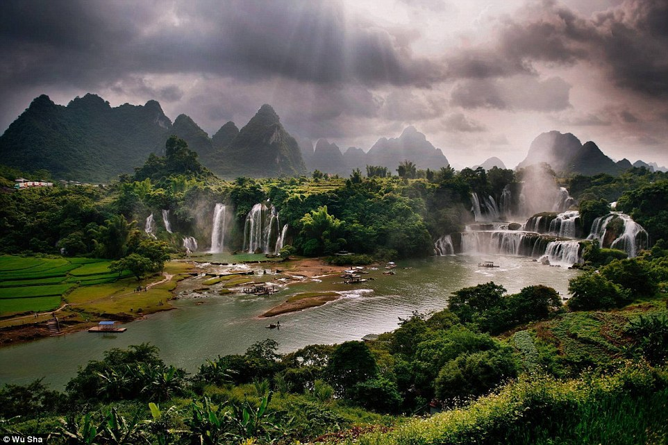 Detian Waterfall is a transnational waterfall in the Sino-Vietnamese border. In spring, the fiery-red kapok trees scatter around the waterfall making it more exquisite