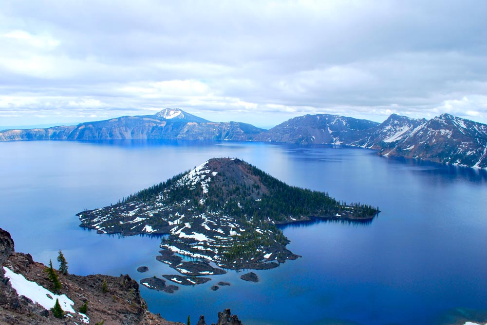 Crater Lake has a subalpine climate, in the summer, the weather is mild and dry, but the winter is extremely cold and massive snowfalls averaging 488 inches per year, and does not usually melt until mid-July.