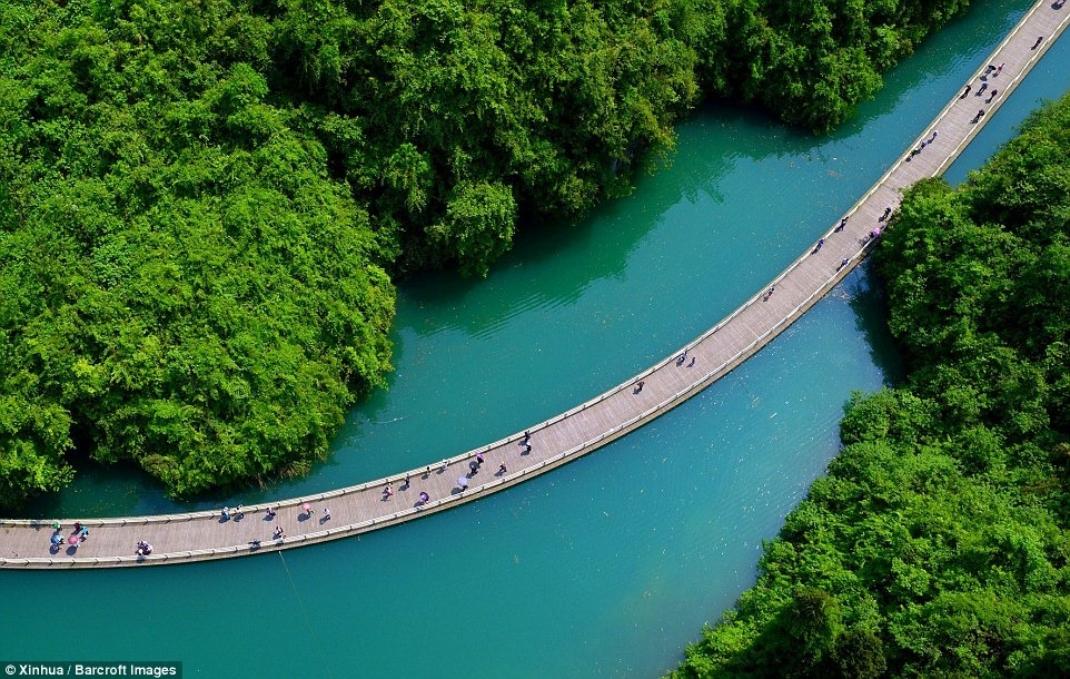 The Shiziguan scenic area, in Xuan'en County of central China's Hubei Province, has unveiled a new floating walkway over a dazzlingly blue meandering river.