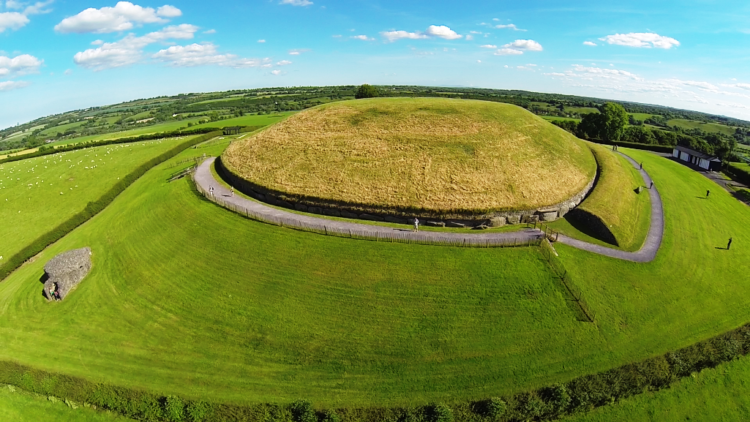The estimated weight of circular is more than 200,000 tonnes in total; with a flat topped cairn is almost 0.5 hectares.