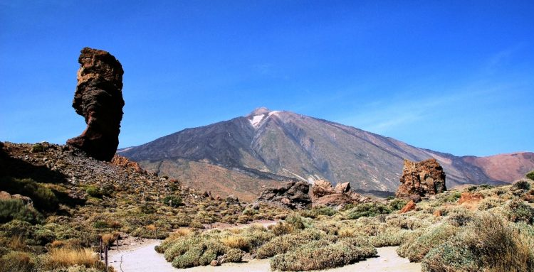Roque Cinchado is one of largest in the world by altitude, more than 2000 meters.