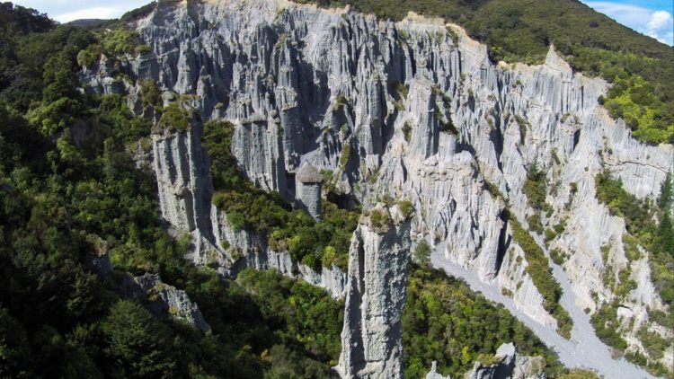 Researchers believed it would be probably less than 125,000 years old with major erosion probably start 7000 years ago and go faster in the last 1000 years with the deforestation of the area.