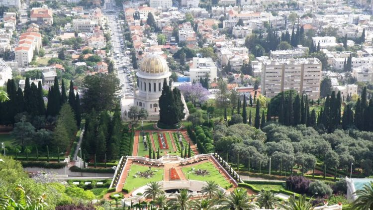 initially the gardens extend almost one kilometer up the side of Mount Carmel, covering some 200,000 square metres of land.