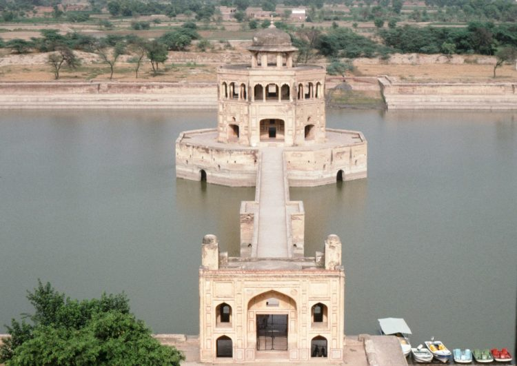 The Hiran Minar is one of the best known and most beautiful site used to be the favorite hunting spot of all Muslim rulers.