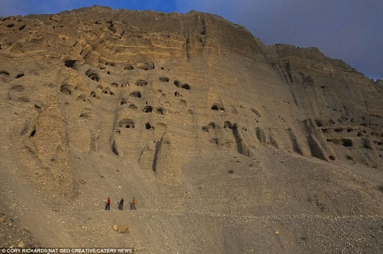 Archeologists are certain of that the caves in Mustang were used in three general periods.