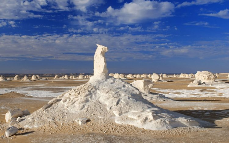 The main geographic attraction of Farafra is White Desert (known as Sahara el Beyda, with the word Sahara meaning a desert.