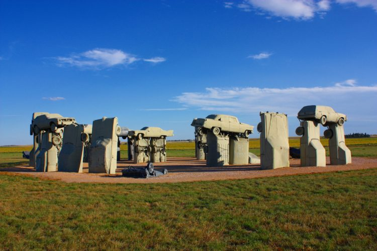 It is made of 39 classic American cars in the exact formation of Stonehenge.