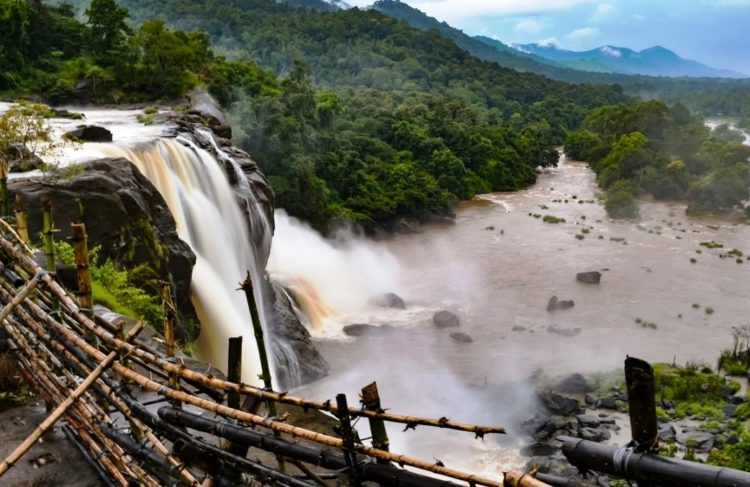 The falls is located near the Chalakudy River and Sholayar Ranges, 55km northeast of the Kochi Airport, Athirapally waterfalls have been enticing its visitors.