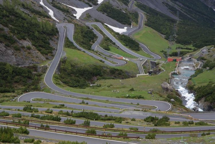 Thus, one after another, the 48 hairpin turns, extend over 24 kilometers away, with an average gradient of 7.5%.
