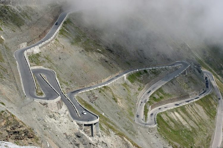 Therefore, it is an almost unreal scenario, the way to Davos, through Bormio, is remarkable and attractive without traffic.