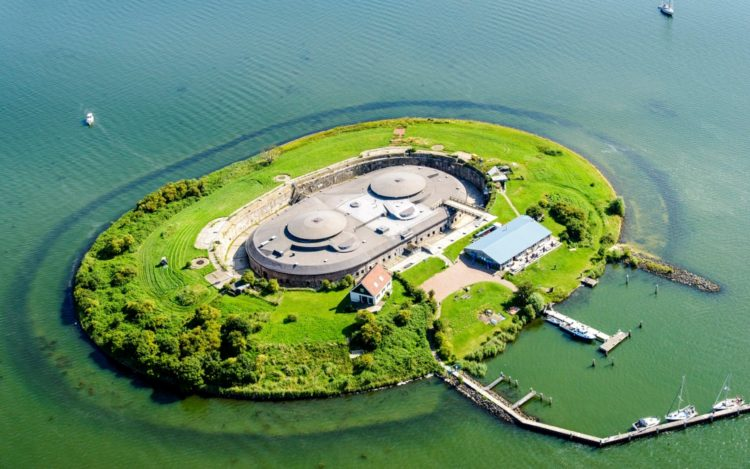 It is an island transformed in a fortress that served for various purposes before and after the First and Second World War.