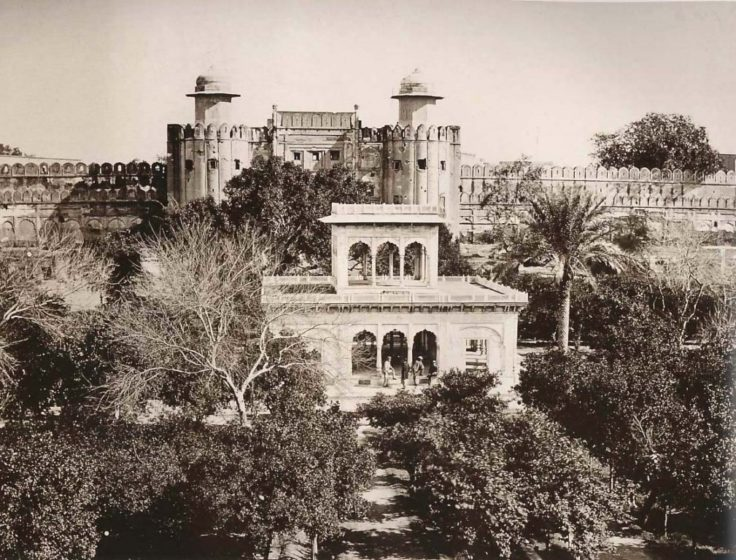 A picture showing the Lahore Fort and Hazuri Bagh Pavilion in 1870.
