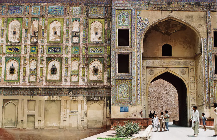 The fort's massive Picture Wall dates from the Jahangir period.