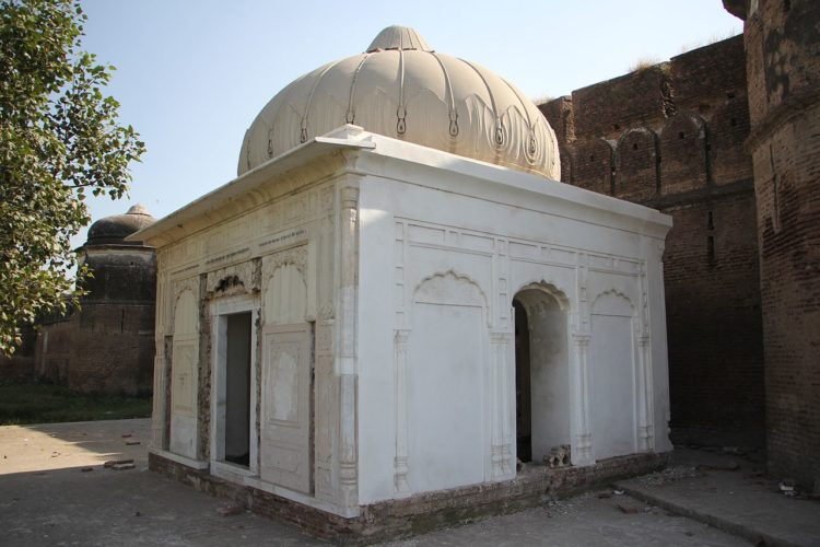 The samadhi of Jhingar Shah Suthra is a Hindu shrine located adjacent to the fort's northern wall.