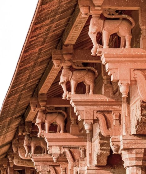 The use of elephant-shaped column brackets reflects Hindu influences on the syncretic architectural style of Emperor Akbar.
