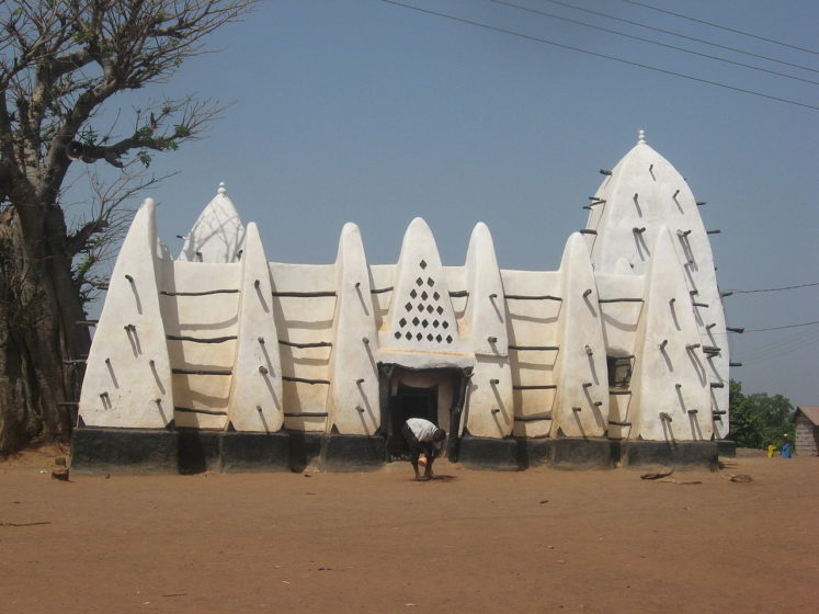 It is a predominantly Muslim town and became famous because of the adobe Sahelian mosque which was built in the style of buildings in the former Western Sudanese Empires.