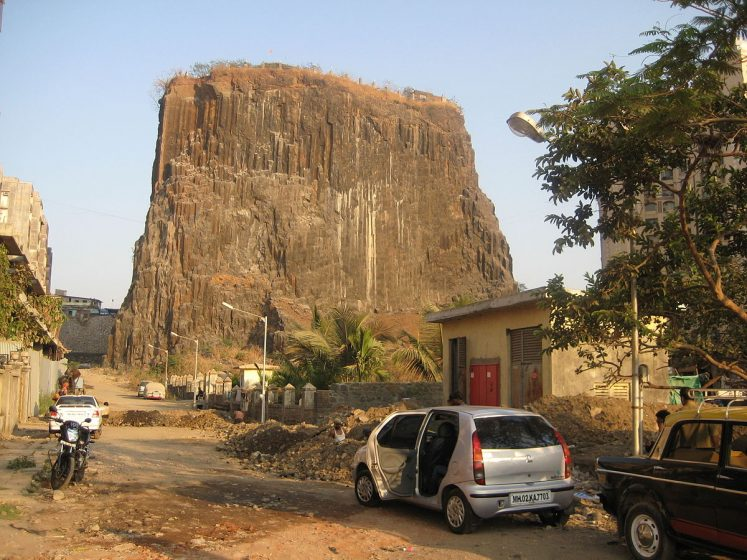 These vertical columns are akin to the Devils Tower in Wyoming, and the Devils Postpile in eastern California, the USA due to similarities in its sheer rock face and basalt-rock composition.